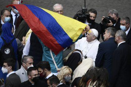 Bandera de Colombia, cerca del papa Francisco, ilustra nota de Papa Francisco critica a sacerdotes que bendicen armas, en encuentro con jóvenes
