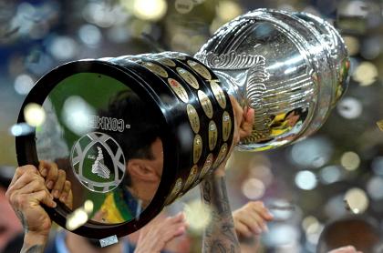 Uruguay haría final y semifinales de Copa América; se las quitarían a Argentina. Imagen del trofeo de la competición.