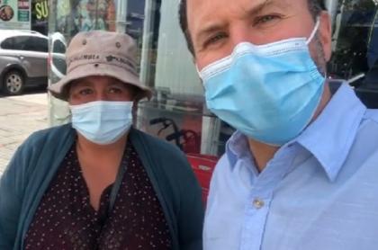 Felipe Arias, de Noticias RCN, pide ayuda para una mujer en Bogotá.