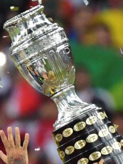 Argentina también estaría pidiendo aplazar la Copa América. Imagen del trofeo.