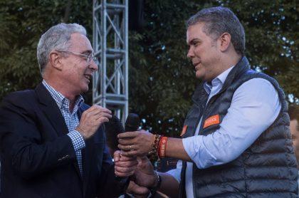 Álvaro Uribe e Iván Duque, en nota sobre desaprobación de ellos