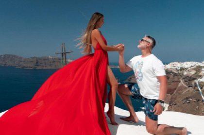 Miguel Varoni celebra 25 años junto a Catherine Siachoque con foto besándose.