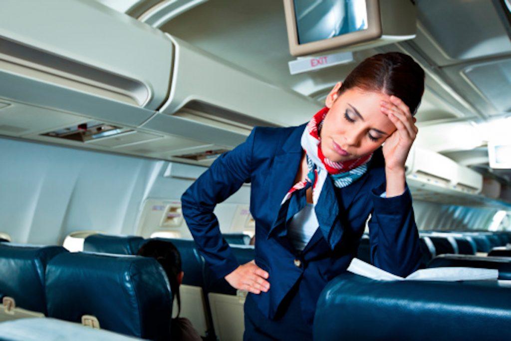 Getty / Imagen de ilustración de una azafata estresada.