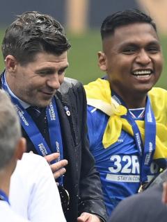Alfredo Morelos y Steven Gerrard, quien respondió de forma divertida el mensaje de cumpleaños que le envió el jugador colombiano