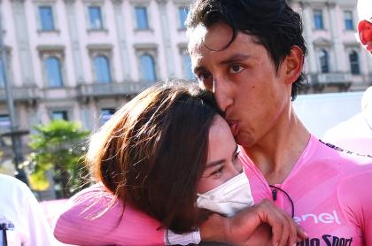 """Novia de Egan Bernal, de rosa en Mónaco; """"buñuelo"""", la llama el campeón del Giro. Imagen de referencia de Egan Bernal y María Fernanda Motas."""