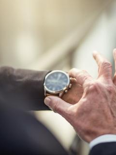 Imagen ilustrativa de hombre mirando un reloj y de 'la Liendra' y 'Luisito Comunica' con un Rolex, a propósito de cuánto vale un Rolex en Colombia y famosos que han comprado uno.