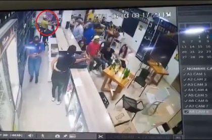 Imagen del momento en que dos sicarios atacan a un policía del Gaula, en Córdoba, previo al partido de Selección Colombia