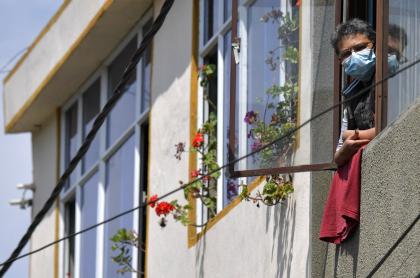 Imagen de una persona con su trapo rojo en la casa, población en estado de pobreza que recibirá Ingreso mínimo en Bogotá