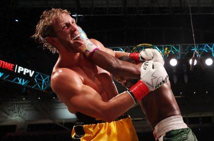Floyd Mayweather (derecha) intercambia golpes con Logan Paul durante la pelea de boxeo que los enfrentó en un espectáculo de exhibición en el Hard Rock Stadium de Miami, Florida, Estados Unidos, el 6 de junio de 2021.