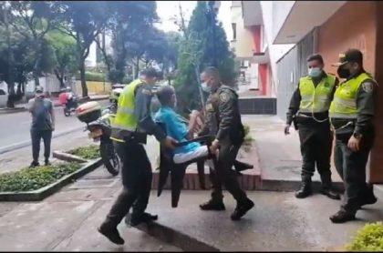 Momento en que la Policía en Bucaramanga rescata a un adulto mayor que era maltratado en su hogar