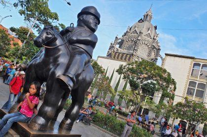 Extranjeros roban en Medellín el bastón del Soldado Romano, celebre escultura de Fernando Botero, que está ubicado en el centro de la ciudad.