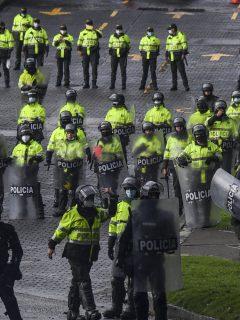 Policía de Colombia ilustra nota sobre que HRW pide reformarla