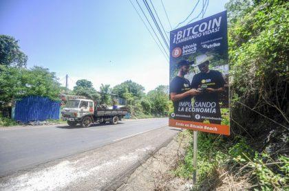 Valla para legalizar bitcóin en El Salvador, ilustra nota de Legalizar bitcóin podría llevar a El Salvador a un paraíso fiscal, dice experto