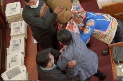 Bolivia: congresistas se pelean a puños y patadas en el Parlamento