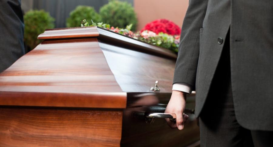 Ataúd, ilustra nota de Mujer en España dejó por escrito que solo invitaba a 15 personas a su funeral