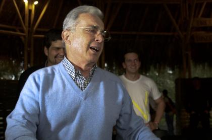Álvaro Uribe, quien fue recibido con carteles hostiles en charla que dio para una universidad de España