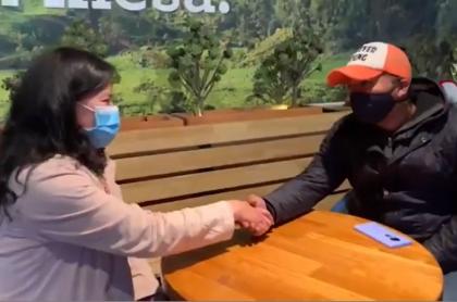 Sujey Montaño, vigilante del supermercado del norte de Bogotá, se encontró con Everts Urbina, domiciliario de Rappi.