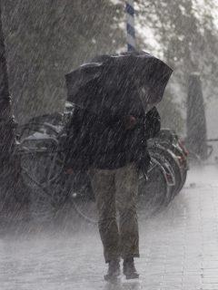 Imagen ilustriva de hombre bajo la lluvia, a propósito de que el Ideam dijo dónde lloverá este puente en Colombia, de junio 12 al 14.