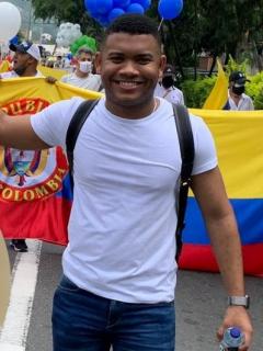 Foto de referencia de Miguel Polo Polo con bandera y una foto de María Fernanda Cabal