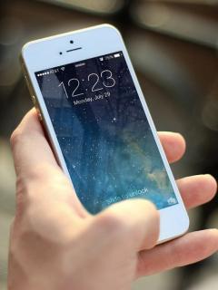 Foto de referencia de una persona con un dispositivo móvil en nota de retiro de App Store de Photoshop Fix y Photoshop Mix