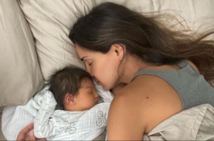 Foto de referencia de Valerie Domínguez y su bebé acostados para nota en la que habla de la lactancia.