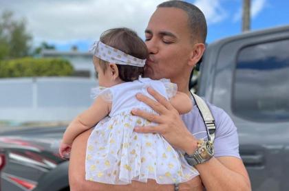 Foto re referencia de Víctor Manuelle,  con su nieta en brazos en nota con video del cantante llorando de emoción por ella.