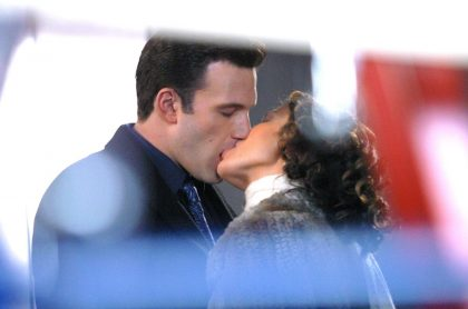 Foto de beso de Jennifer López y Ben Affleck en 2002, como referencia a foto de beso  de Jennifer López y Ben Affleck en 2021.