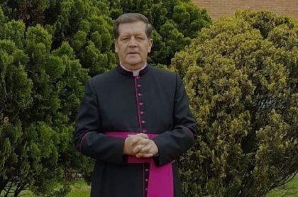 Monseñor Alirio López, promotor de 'Goles en Paz' y fiel hincha de Millonarios, permanece en estado grave.