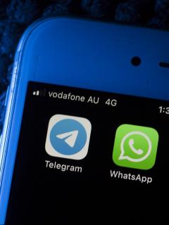 Imagen de celular que ilustra nota; Cinco funciones diferentes que WhatsApp ya tiene yTelegram aún no