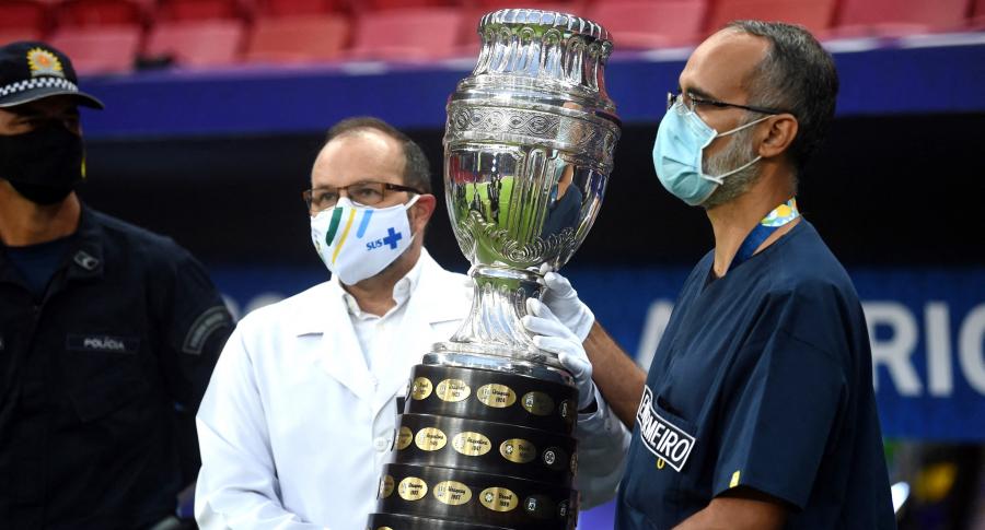 Variantes de coronavirus habrían llegado a participantes de Copa América. Imagen del trofeo.