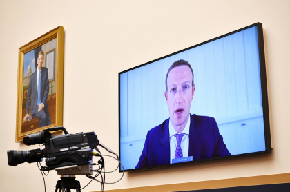 Mark Zuckerberg, que acaba de advertir el fin de los televisores, testifica ante la audiencia del Subcomité Judicial de la Cámara sobre Derecho Antimonopolio, Comercial y Administrativo sobre Plataformas en línea y poder de mercado, en el edificio de oficinas de Rayburn House en Capitol Hill en Washington, DC el 29 de julio de 2020.