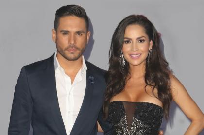 Sebastián Caicedo con Carmen Villalobos en los premios Tu Mundo, ilustran lo que dijo la actriz sobre cómo está su esposo que tiene COVID-19