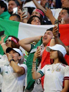 Imagen de hinchas mexicanos que ilustra nota; FIFA multa a México por gritos homofóbicos; los amenaza con el Mundial