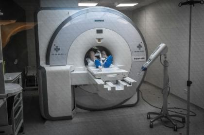 Imagen de paciente sometido a una resonancia magnética ilustra artículo Investigación halla vínculo entre carne roja y cáncer colorrectal