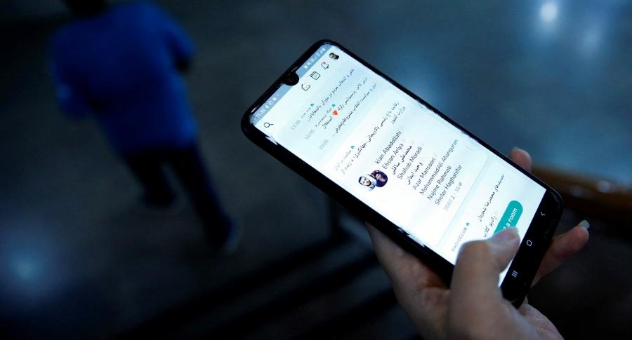 Imagen de teléfono celular ilustra artículo Luis Carlos Vélez acusa a congresistas de manipular en redes sociales