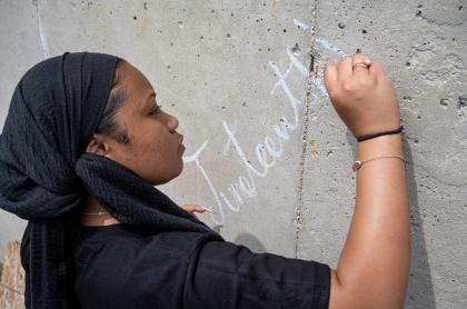 Imagen de mujer escribiendo 'Juneteenth' en una pared ilustra artículo ¿Qué es el 'Juneteenth' que está celebrando Estados Unidos?