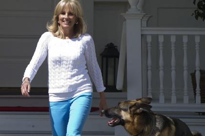 Jill Biden camina con el perro Champ