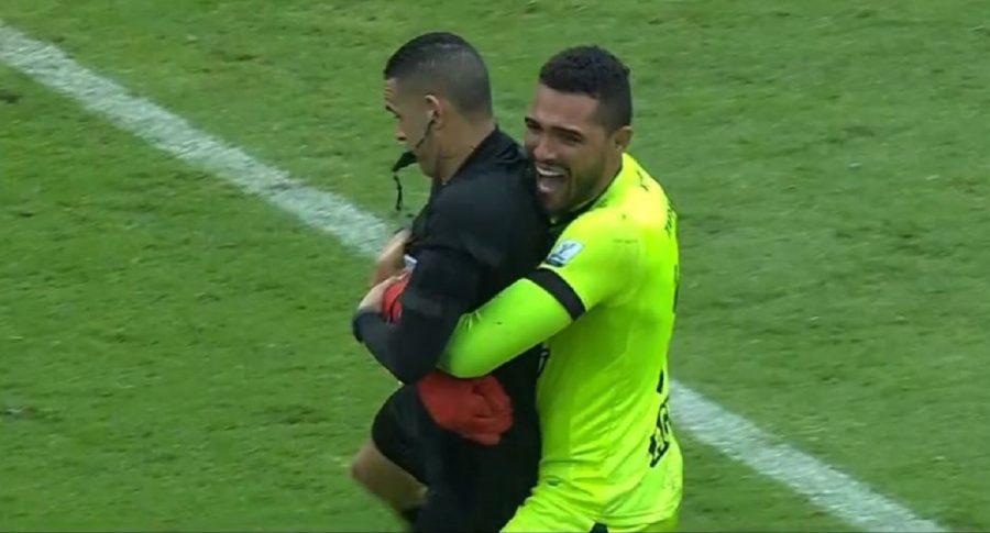 Álvaro Montero abrazando al árbitro de la final entre Millonarios y Tolima
