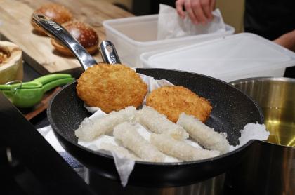 Carne de pollo de laboratorio es puesta por primera vez en restaurante de Israel