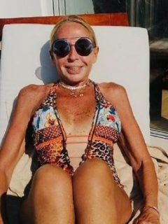 Laura Bozzo, que cumplirá 69 años, compartió un video en su cuenta oficial de Instagram tomando el sol con un vestido de baño de una sola pieza.