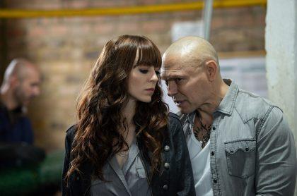 Luna Baxter y 'Lucho' Velasco en 'La reina del flow', a propósito de que ella dio detalles de accidente que sufrió en escena de acción y que le dejó cicatriz.
