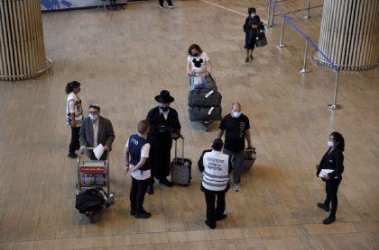 Imagen de viajeros que ilustra nota; Israel reimpone uso de tapabocas en espacios cerrados, por COVID-19