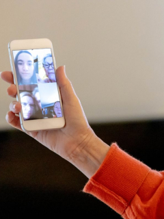 Foto de persona en una videollamada grupal, en nota de que Telegram anunció ese nuevo servicio de forma oficial con otras nuevas funciones.