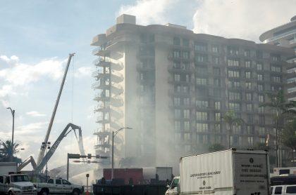 Nace incendio en edificio que colapsó en Miami y dificulta labores de rescate