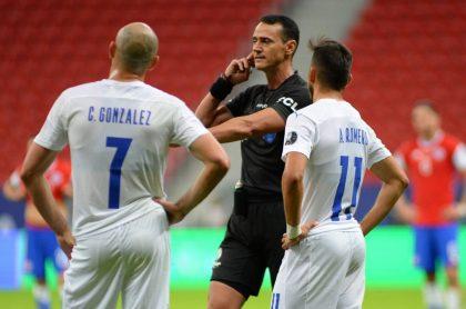 Chile se queja de Wilmar Roldan y pide a Conmebol que lo castigue por su actuación en partido con Paraguay