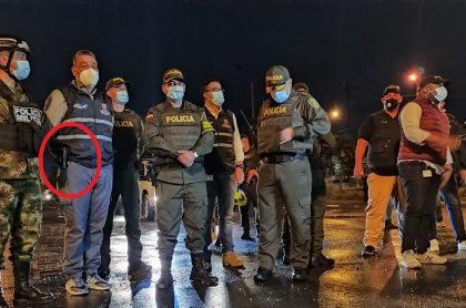 Secretario de Seguridad de Cali, Carlos Soler, con un arma en un operativo de desbloqueo