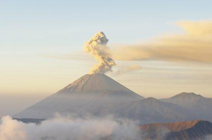 Imagen de volcán que ilustra nota; Video erupción de volcán que levantó columna de humo, en Costa Rica