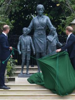 William y Harry inauguran, muy unidos, estatua de su madre en Londres