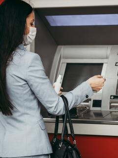 Mujer en un cajero ilustra nota sobre denuncia de que un cajero en Barranquilla entregó dinero falso