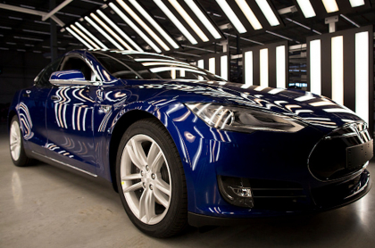 Tesla eléctrico se incendió por razones desconocidas, con el conductor adentro